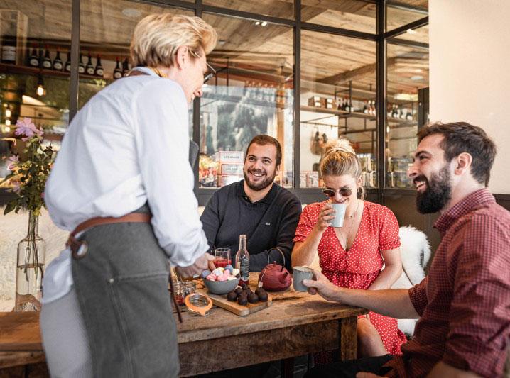 Framboise gérante de la boutique conseillant les clients sur les produits à gouter